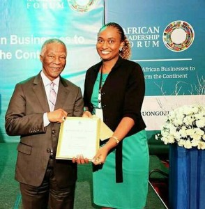 Liz Guantai receiving her award as the overall winner from his Excellency Thabo Mbeki.